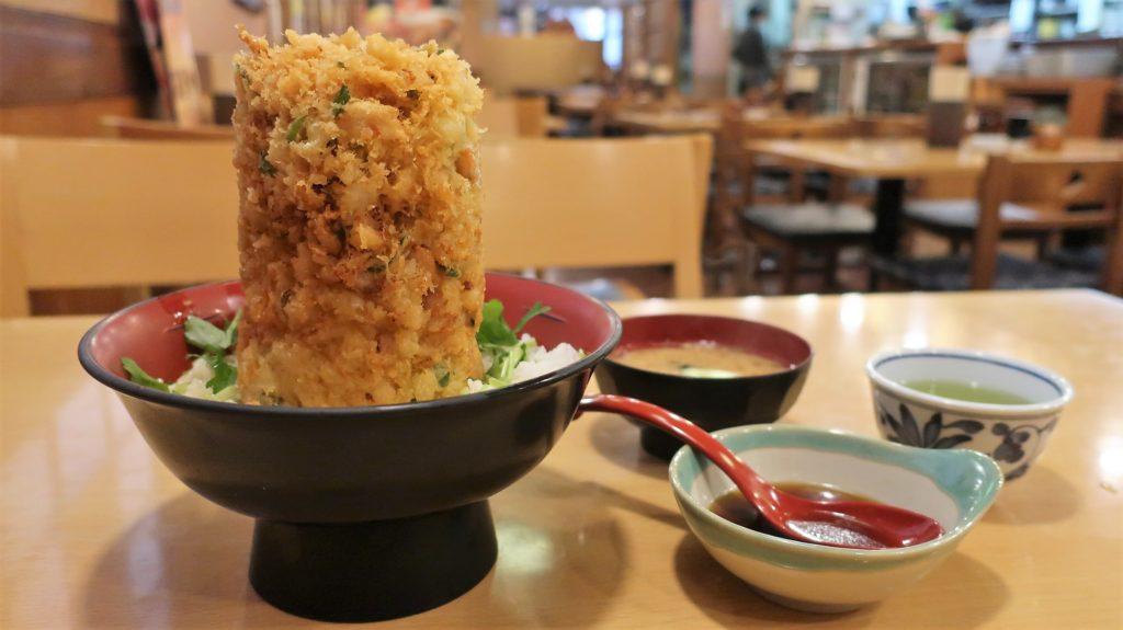 タワー型の天丼(海鮮かき揚げ丼)は1100円