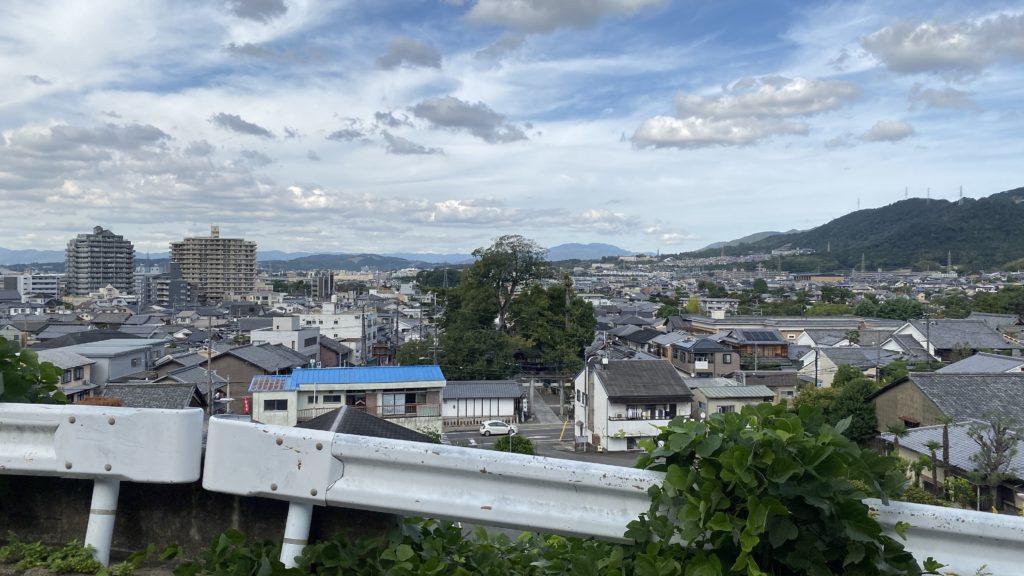 奥ノ山茶園のすぐ北側にある、扇状地を見下ろす場所