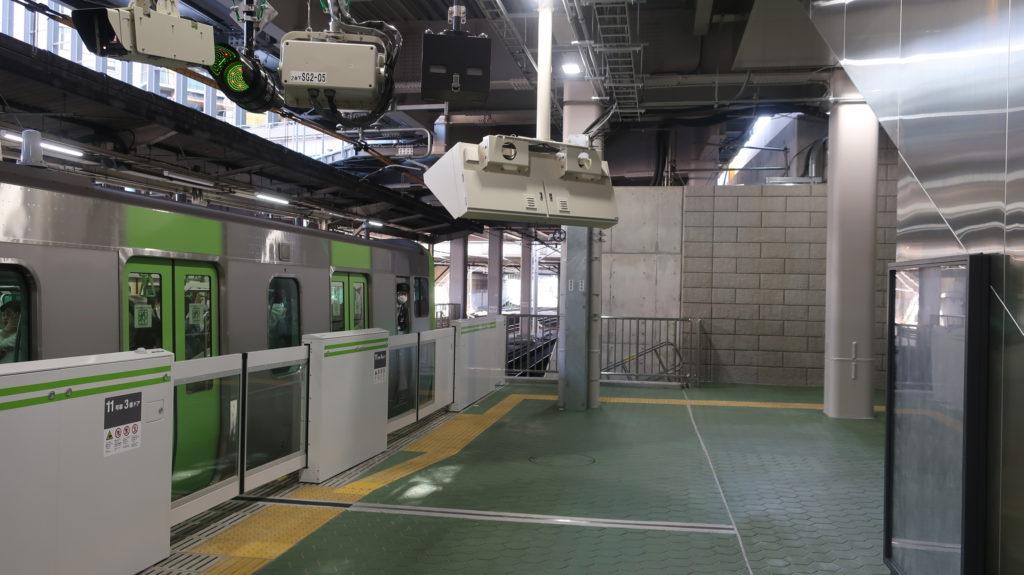 原宿駅新駅舎に到着する山手線