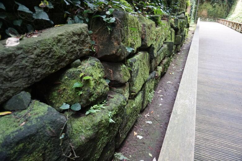 猿島、戦後施設が爆破され、落ちてきた破片を積み重ねた石垣状のもの