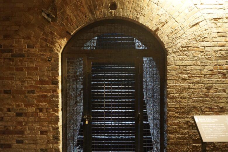 猿島、レンガのトンネル内、階段