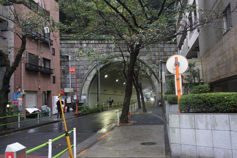 愛宕山をくぐるトンネルを、神谷町駅(または虎ノ門ヒルズ駅)側から見た