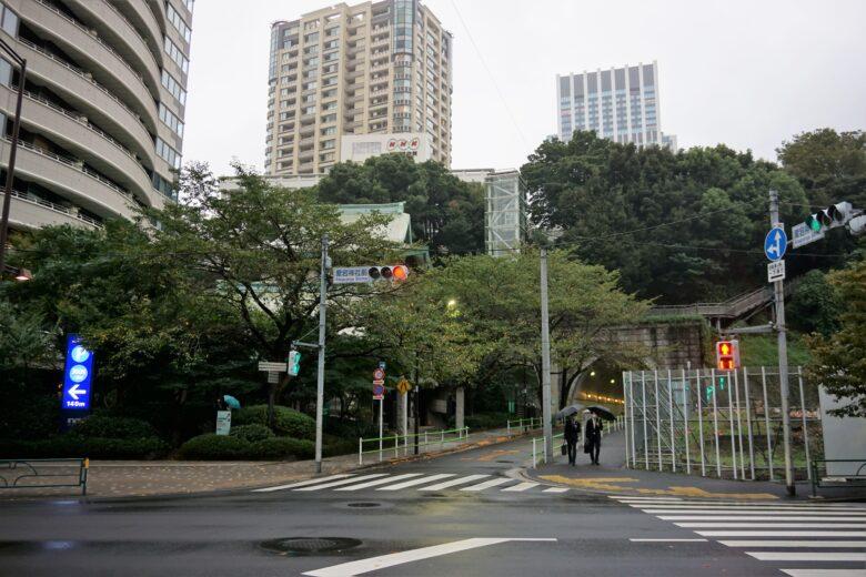 御成門駅側から見た愛宕山
